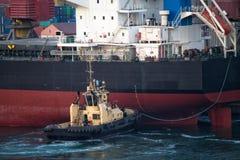 Statek berthing przy portem z holownik pomocą Obraz Royalty Free