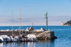 statek cumujący schronienia Kasztel Miramare na tle Zdjęcie Royalty Free