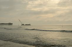 Statek żegluje blisko brzeg Zdjęcia Stock