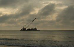 Statek żegluje blisko brzeg Fotografia Stock