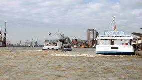 Statek żegluje przy Hamburskim portu dokiem Fotografia Stock