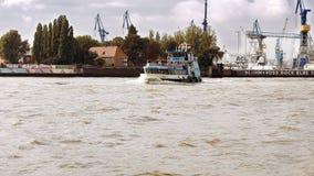 Statek żegluje przy Hamburskim portu dokiem Obrazy Royalty Free