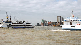 Statek żegluje przy Hamburskim portu dokiem Fotografia Royalty Free