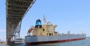 Statek iść pod mostem Obrazy Stock