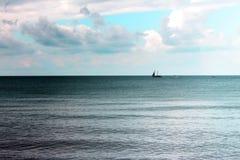 Statek i łodzie z ludźmi przy morzem obraz stock