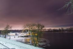 Statek jest obramowany w lodzie na banku rzeka zdjęcia stock