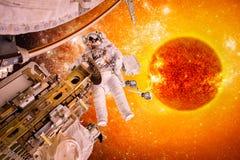 Statek kosmiczny i astronauta w przestrzeni na tła słońcu gramy główna rolę Obraz Royalty Free