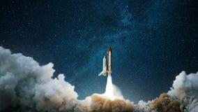 Statek kosmiczny zdejmuje w gwiaździstego niebo Rakieta zaczyna w przestrzeń Poj?cie fotografia royalty free