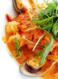 statek makaronu sosu z owocami morza pomidor włoski zdjęcia royalty free