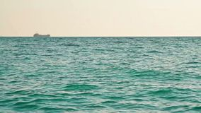 Statek na horyzoncie przy otwartym morzem zdjęcie wideo