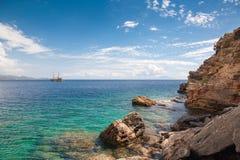 Statek na horyzoncie Widok błękitne skały i morze Denny żeglować z wybrzeża Turcja Obraz Royalty Free