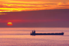 Statek na morzu przy zmierzchem Obraz Royalty Free