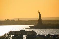 Statek obok statuy wolności Zdjęcie Royalty Free