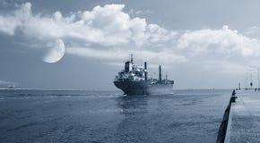 Statek opuszcza port Zdjęcia Royalty Free