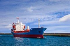 Statek opuszcza port Obrazy Royalty Free