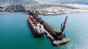 Statek pod ładunkiem przy węglem obrazy stock