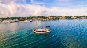 Statek przy kotwicowym niebieskim niebem Obraz Royalty Free