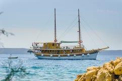 Statek przy morzem, Chorwacja, Igrane Statek wycieczkowy, wakacje Zdjęcie Stock