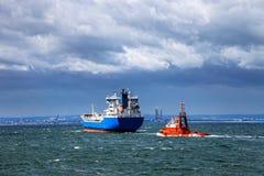 Statek przy morzem przeciw dramatycznemu niebu Zdjęcia Stock