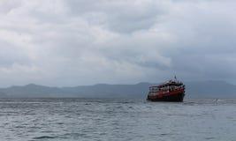 Statek przy morzem z turystami w chmurnej pogodzie fotografia royalty free