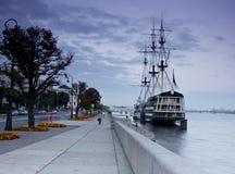 Statek - restauracyjna fregata, Petrovskaya bulwar, St Petersburg Zdjęcie Stock