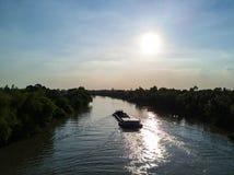 Statek rusza się po środku rzeki w Wietnam Zdjęcia Royalty Free