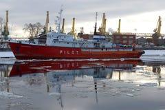 Statek specjalnego purpose pilota ` ST PETERBURG pilota ` w ładunku porcie na chmurnym Luty ranku Fotografia Royalty Free