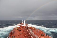 Statek Tankowiec w Atlantyckim oceanie tęcza Zdjęcia Royalty Free