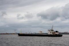 Statek unosi się w wodzie port morski Obrazy Stock