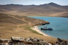Statek w małej zatoce Kamienisty, opustoszały seashore, dzień motyliego trawy sunny swallowtail lata Malowniczy kamienie w przedp obraz royalty free