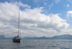 Statek w morzu z pięknym dniem zdjęcia royalty free