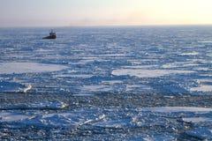 Statek w zamarzniętym morzu Zdjęcia Royalty Free