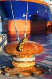 Statek wiążący up przy kotwicą w schronieniu Zdjęcia Royalty Free