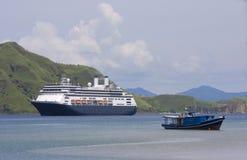 Statek wycieczkowy & łódź rybacka, Komodo Wyspa Zdjęcia Stock