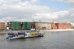 Statek wycieczkowy żegluje na Moskwa rzece Chrystus odkupiciela kościół Zdjęcie Royalty Free