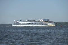 Statek wycieczkowy Andrei Rublev przy Uglich rezerwuarem na letnim dniu Obraz Stock