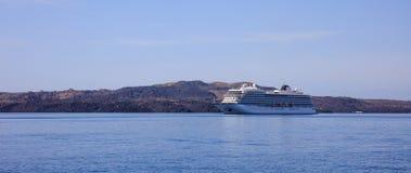Statek wycieczkowy blisko Santorini Grecja zdjęcie royalty free
