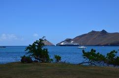 Statek wycieczkowy cumujący z brzeg na Nuka Hiva zdjęcie royalty free