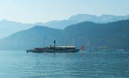 Statek wycieczkowy dalej z turystami na Jeziornej lucernie w Szwajcaria Obrazy Stock