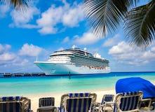 Statek wycieczkowy dokujący przy Karaiby plażą Obrazy Royalty Free