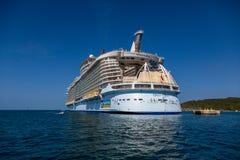 Statek wycieczkowy dokujący Fotografia Stock