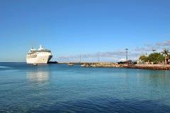 Statek wycieczkowy dokujący Obraz Royalty Free