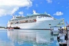 Statek wycieczkowy dokujący w oceanie Obraz Royalty Free