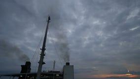 Statek wycieczkowy dymnych stert zanieczyszczenia dym zbiory wideo