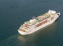 Statek wycieczkowy żegluje w oceanie Zdjęcie Stock