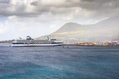 Statek wycieczkowy firmy osobistości rejsy dokował w porcie Basseterre Zdjęcia Royalty Free