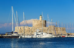 Statek wycieczkowy i jacht w zatoce Mandraki Rhodes, Grecja Obrazy Royalty Free