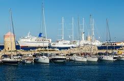 Statek wycieczkowy i jacht w zatoce Mandraki Rhodes, Grecja Obrazy Stock