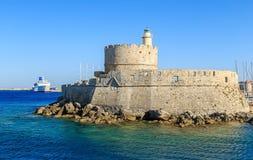 Statek wycieczkowy i jacht w zatoce Mandraki Rhodes, Grecja Zdjęcie Royalty Free