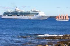 Statek wycieczkowy i jacht z różowymi żaglami Obrazy Royalty Free